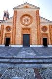 vergiate老闭合的砖塔边路的教会 免版税库存照片