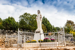 Vergine benedetto Mary Statue sulla collina di apparizione Fotografia Stock Libera da Diritti