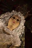 Vergine drammatico Mary Statue ad una chiesa fotografie stock