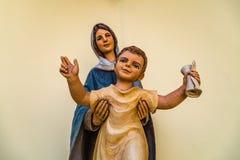 Vergine Maria benedetto che tiene bambino santo Gesù immagini stock