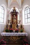 Vergine Maria con il bambino Gesù, altare nella chiesa di St John in Ursberg, Germania Fotografia Stock