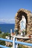 Vergine Maria sull'altare dall'oceano sopra via il porticciolo, Trappeto, Sicilia Fotografie Stock Libere da Diritti