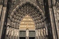 Vergine Mary Statue e entrata principale, facciata della cattedra di Colonia Fotografia Stock