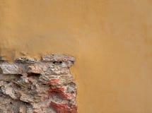 Vergipster gelber Wand witk Ziegelstein Klassische Fassade Stockfoto