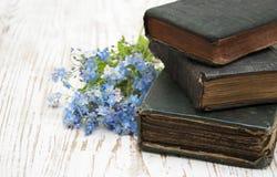 Vergissmeinnichtblumen und alte Bücher Stockbild