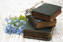 Vergissmeinnichtblumen und alte Bücher Lizenzfreie Stockbilder