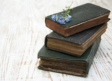 Vergissmeinnichtblumen und alte Bücher Stockfoto