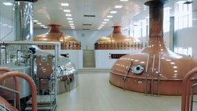 Vergistende ketels in de distilleerderijeenheid stock videobeelden