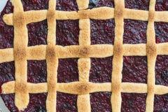 Vergittern Sie Kuchen mit Beeren auf einem rustikalen hölzernen Brett Stockfotos