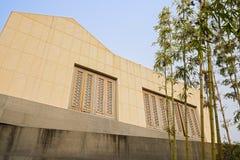 Vergitterte Fenster im zweiten Stock am sonnigen Nachmittag Stockfotografie