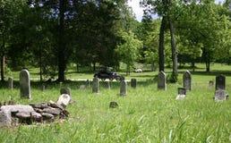 Övergiven bevuxen kyrkogård Arkivbild
