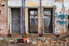 Övergiven byggande fasad Arkivbilder