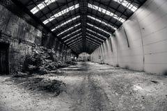 Övergiven industriell interior med ljus lampa Arkivbilder