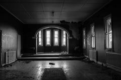 övergivet spökat hus Arkivbild
