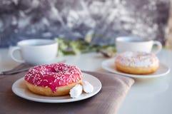 Verglaasd donuts met zwarte koffie stock fotografie