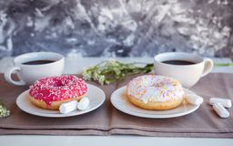Verglaasd donuts met zwarte koffie stock afbeelding