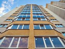 Verglaasde balkons van de nieuwe moderne high-rise bouw stock afbeeldingen