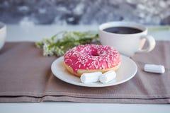 Verglaasde doughnut met zwarte koffie royalty-vrije stock afbeeldingen