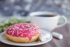 Verglaasde doughnut met zwarte koffie royalty-vrije stock foto's
