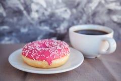 Verglaasde doughnut met zwarte koffie royalty-vrije stock fotografie
