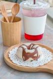Verglaasde doughnut op houten dienblad Stock Foto's