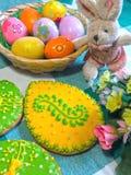 Verglaasde koekjes met de hand geschilderd als paaseieren Royalty-vrije Stock Fotografie