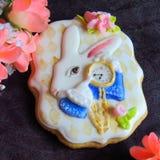 Verglaasde peperkoek als wit konijn met klokken op een donkere achtergrond Royalty-vrije Stock Foto