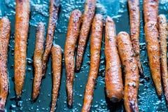 Verglaasde wortelen op het bakseldienblad Royalty-vrije Stock Foto's