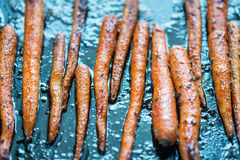 Verglaasde wortelen op het bakseldienblad Royalty-vrije Stock Afbeeldingen