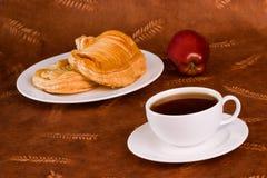 Verglasung französisches Apple-Gebäck und Kaffee oder Tee Stockfotografie