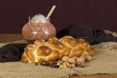 Verglasung Kuchen, Honig und Walnüsse Lizenzfreie Stockfotos