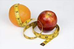 Vergleichen der Äpfel mit Orangen lizenzfreie stockfotos