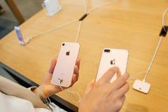 Vergleichen des iPhone 7 und iPhone 7 Plusfoto camer Stockbild