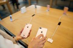 Vergleichen des iPhone 7 und iPhone 7 Plusfoto camer Lizenzfreie Stockbilder