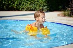 Vergnügen am Pool Stockfotos