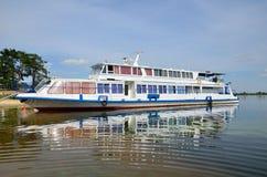 Vergnügensboot verankert auf dem Flussufer Stockbilder