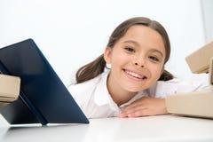 Vergnügenskonzept Lächeln des kleinen Mädchens mit Vergnügen des Lesebuches Nette Kinderstudie mit Vergnügen Ein einfaches Vergnü stockfotografie