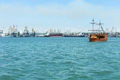 Vergnügensschiff in Meer lizenzfreie stockbilder