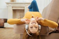 Vergnügte lächelnde Frau, die Musik hört Lizenzfreie Stockfotografie