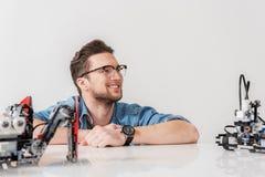 Vergnügter lächelnder männlicher Techniker, der beiseite flüchtig blickt lizenzfreie stockfotografie