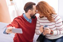 Vergnügter Mann und behinderte Frau, die Fotos macht Stockfotografie