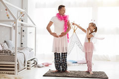 Vergnügter netter Vati, der sein Kind lachen lässt stockbilder
