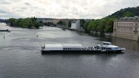 Vergnügungsdampfer auf dem die Moldau-Fluss stock video footage