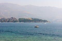 Vergnügungsdampfer in der Bucht von Budva, Montenegro Lizenzfreie Stockfotografie