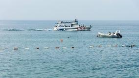 Vergnügungsdampfer in der Bucht von Petrovac in Montenegro Lizenzfreies Stockfoto