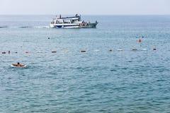 Vergnügungsdampfer in der Bucht von Petrovac, Montenegro Lizenzfreie Stockbilder