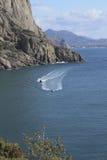 Vergnügungsdampfer in der felsigen Bucht Stockfotografie