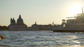 Vergnügungsdampfer, die durch Venedig-Marksteine an der Dämmerung, Besichtigungsreise für Touristen sich bewegen stock video