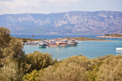 Vergnügungsdampfer für Touristen machten in einer ruhigen Bucht fest Die Türkei Stockfoto
