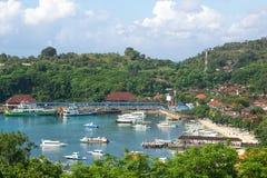 Vergnügungsdampfer in geschützter Bucht mit Erholungsort oder Dorf stockbilder